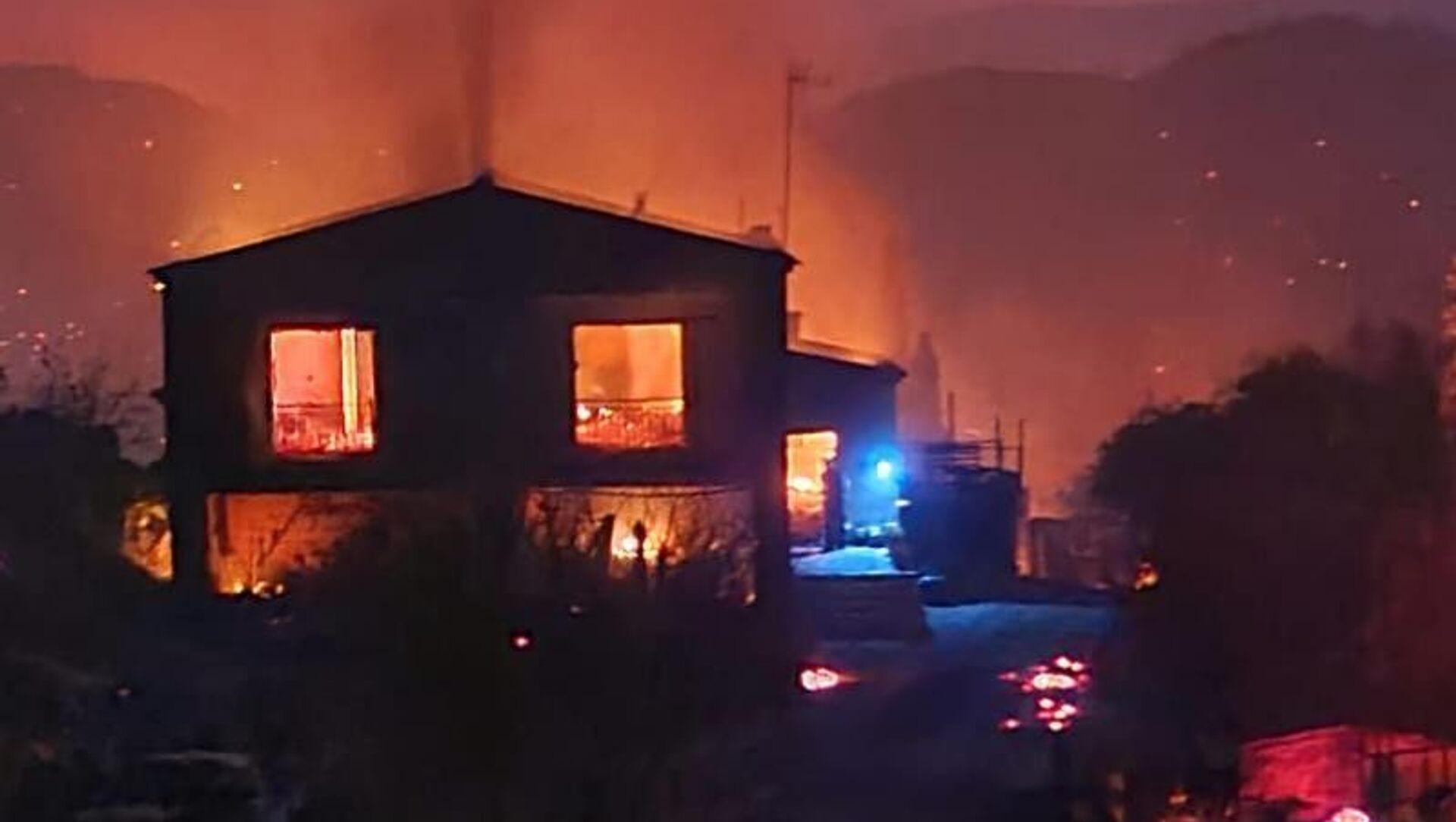 Güney Kıbrıs, öğle saatlerinde çıkan ve kısa sürede geniş alana yayılan yangın nedeniyle ülke genelinde acil durum ilan ederken, yangını söndürme çalışmalarında 1 çiftçi hayatını kaybetti. - Sputnik Türkiye, 1920, 04.07.2021