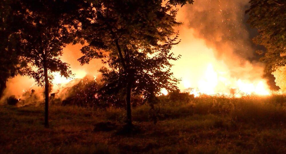 Bakırköy Ataköy'de, ağaçlık alanda yangın çıktı. Bölgeye çok sayıda itfaiye ekibi sevk edilirken, yangın ekiplerin çalışması sonucu kontrol altına alındı.