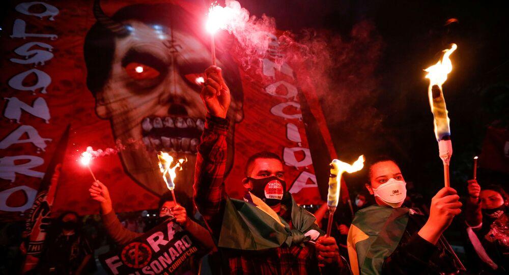 Brezilya'nın en büyük şehri Sao Paulo'da aşı alımı yolsuzluğuna karışan Devlet Başkanı Jair Bolsonaro'nun azli için protesto