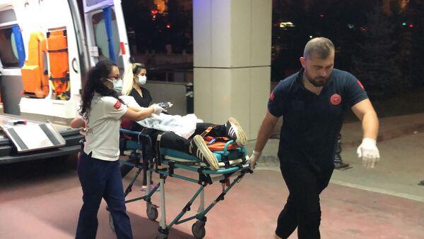 Kendisini bıçaklayan şahıslardan kurtulmak için tren hattına girdi - Sputnik Türkiye