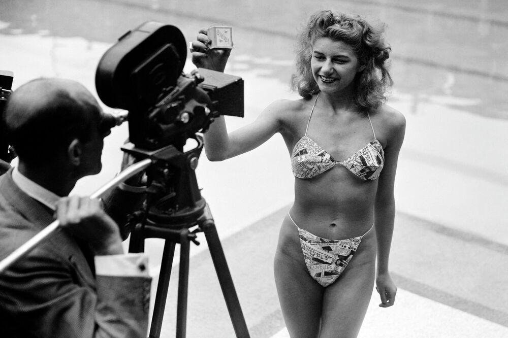 5 Temmuz 1946 yılında ilk defa Fransız makine mühendisi Louis Reard tarafından tanıtılan bikini, kısa zamanda plaj moda dünyasının ayrılmaz parçası haline geldi Fotoğrafta: Manken bikini modelini tanıtırken, Paris 1946