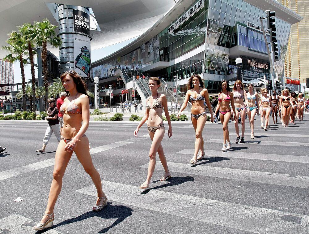 Las Vegas'ta düzenlenen bikini defilesinin katılımcıları, 2009