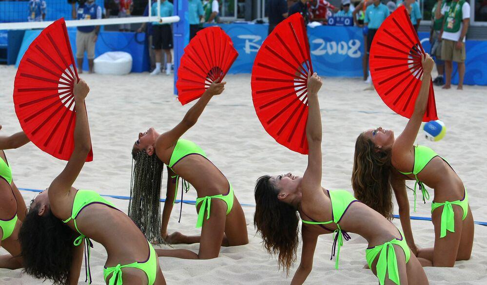 2008 Pekin Olimpiyat Oyunları'nda plaj voleybolu müsabakaları öncesi performans sergileyen bikinili ponpon kızlar