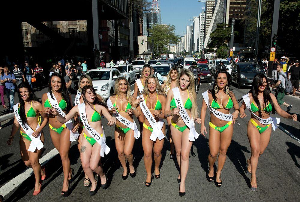 Brezilya'da düzenlenen geleneksel Miss BumBum yarışmasının katılımcıları, 2015