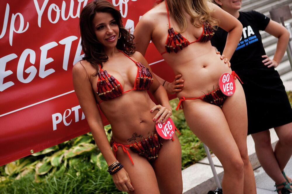 Washington'daki etkinliğe katılan bikinili mankenler, 2010