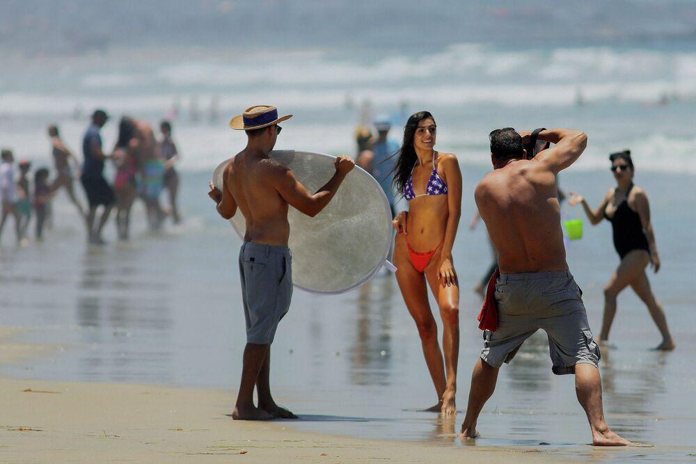 Kaliforniya sahilinde kameranın karşısında poz veren bikinili kadın