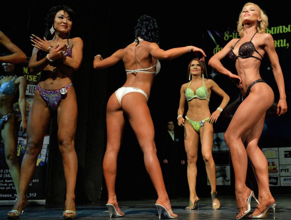 Rusya'ya bağlı Başkortostan Cumhuriyeti'nin başkenti Bişkek'te düzenlenen vücut geliştirme şampiyonasının bikinili katılımcıları
