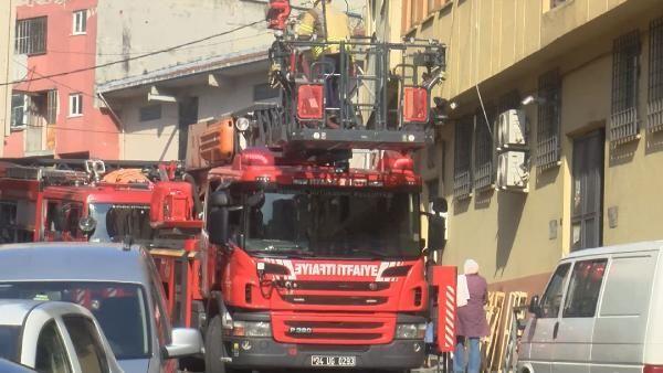 Kağıthane'de imalathanede yangın: İşçiler, merdiven engeli yüzünden birinci katta mahsur kaldı