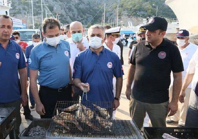 Balon balığı alım töreninde, aslan balığını mangalda pişirip yediler