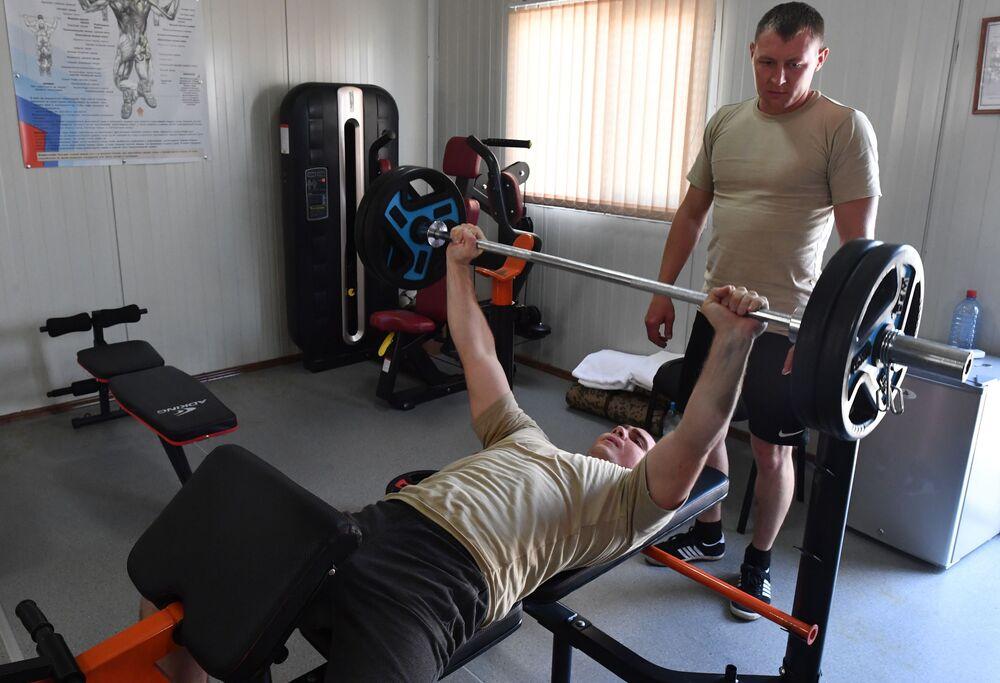 Gözlem merkezindeki spor salonunda antrenman yapan Rus askerler