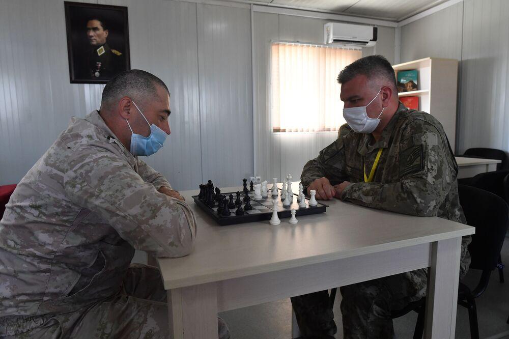 Merkezde görev alan personel, dinlenme odasında  satranç oynarken