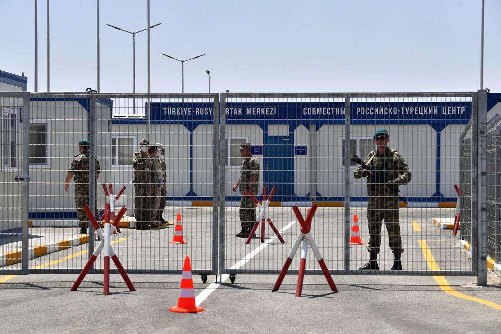 Tel örgülerle çevrili merkezin güvenliğini Azerbaycanlı askerler sağlıyor