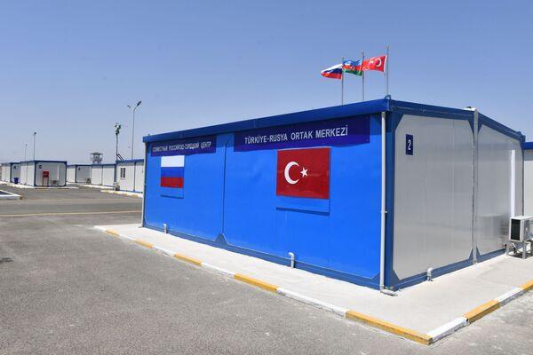 Ağdam'daki merkezin kurulduğu 4 hektarlık alanda 65 prefabrik yaşam ve hizmet alanı bulunuyor - Sputnik Türkiye