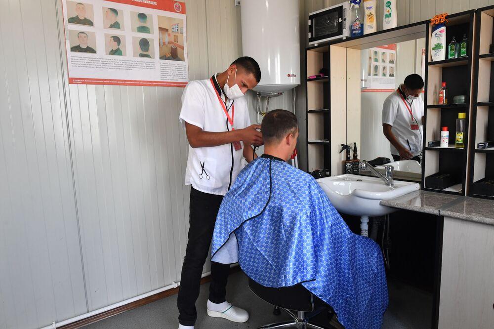 30 Ocak'ta faaliyete başlayan merkezde görev yapan personelin tüm  ihtiyaçlarının karşılanması için berber, terzi ve hatta çamaşırhane bile kurulmuştur