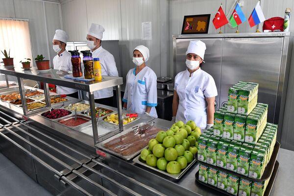 Merkezde hizmet veren kantinde hem Rus, hem de Türk mutfağına göre yemekler pişiriliyor - Sputnik Türkiye