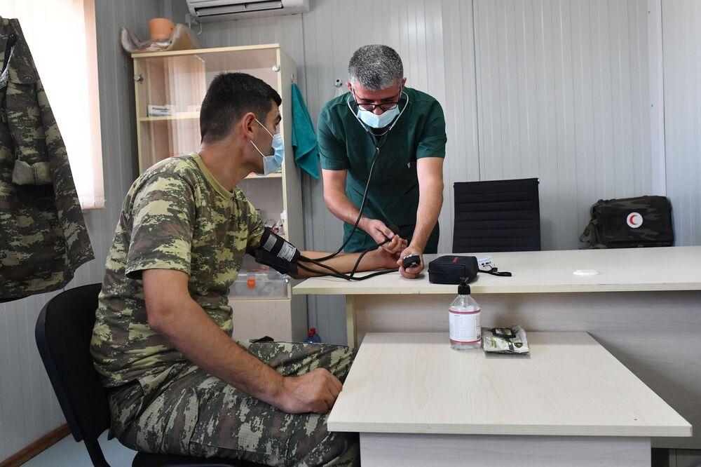Gözlem merkezinde görev alan Türk askerlerden biri, sağlık kontrolünde
