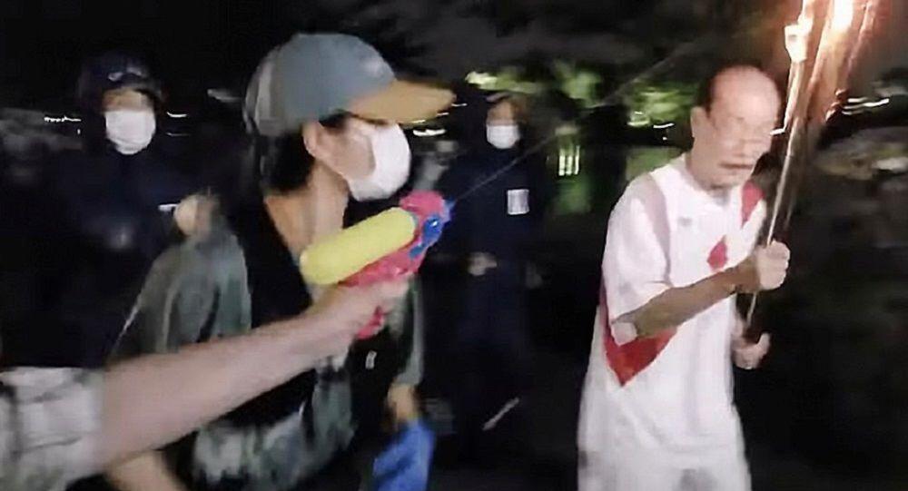 Su tabancasıyla olimpiyat meşalesine saldırdı
