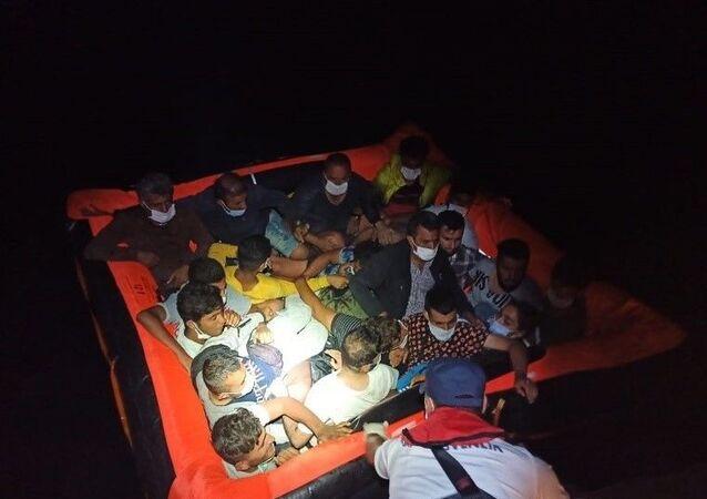 İzmir ve Aydın'da Türkiye kara sularına itilen 128 sığınmacı kurtarıldı