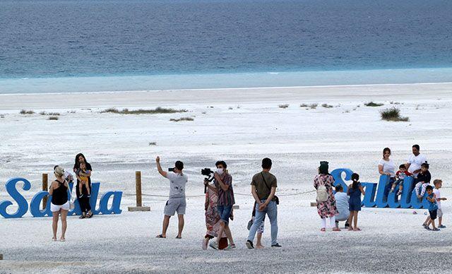 Salda Gölü'nde ziyaretçi yoğunluğu: 'Televizyonlarda, haberlerde gördüğümüz kadar varmış, çok güzel'
