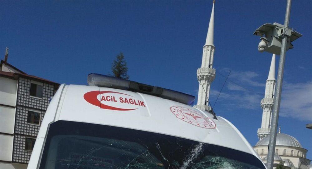 Trabzon'un Sürmene ilçesindeki bir vakaya müdahaleye giden 112 Acil Servis ekibine sözlü ve fiili saldırıda bulunulduğu belirtildi.
