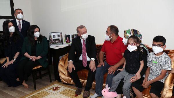 Cumhurbaşkanı Erdoğan, konuk olduğu ailenin doğacak bebeğinin ismini koydu - Sputnik Türkiye