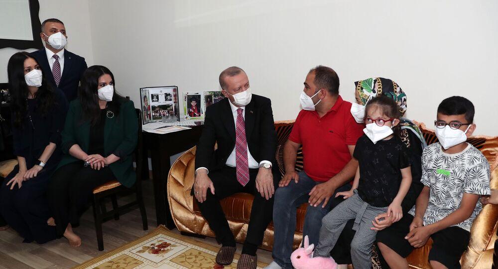 Cumhurbaşkanı Erdoğan, konuk olduğu ailenin doğacak bebeğinin ismini koydu
