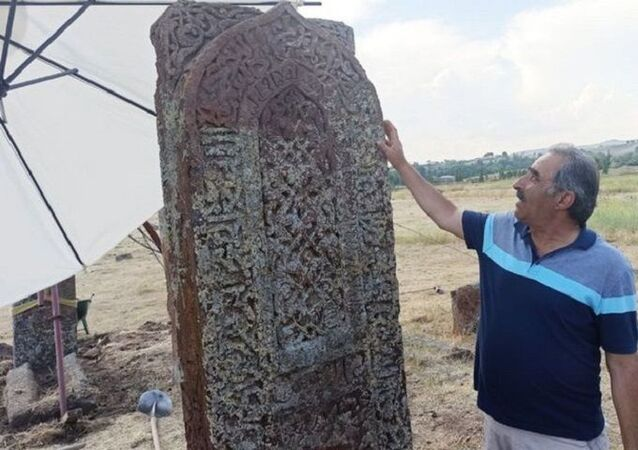 Ahlat Selçuklu Meydan Mezarlığı'nda işlemeli mezar taşı