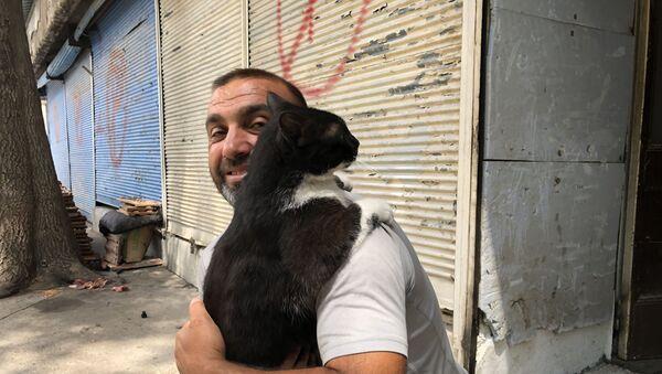 Konyalı esnaf, her sabah kedisiyle kucaklaşarak güne başlıyor - Sputnik Türkiye
