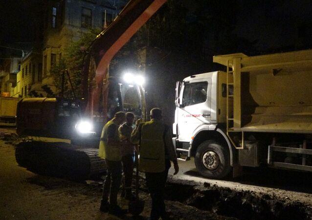 Rusya Federasyonu Trabzon Başkonsolosluğu önünde yapılan altyapı çalışmaları kapsamında iş makinesinin doğalgaz borusunu kesmesiyle oluşan sızıntı sonrası panik yaşandı.