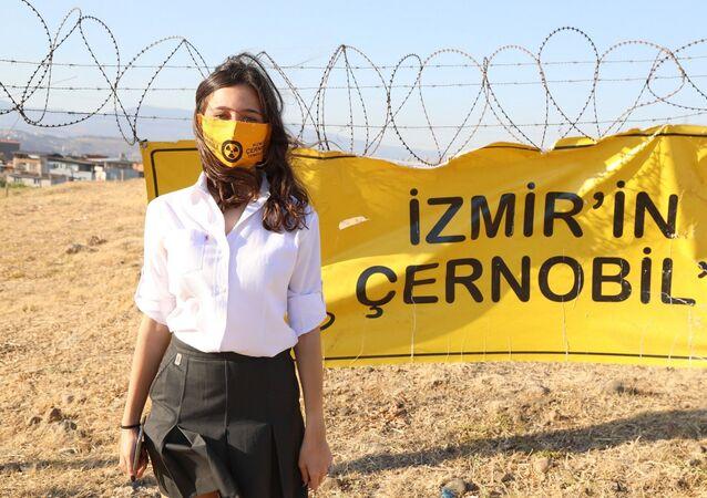 İzmir'in Çernobil'i isimli projesiyle, Gaziemir ilçesi Emrez Mahallesi'ndeki nükleer atıkların insan ve çevre sağlığına etkilerini anlatan lise öğrencisi Zeynep Cangı dünya birincisi oldu.