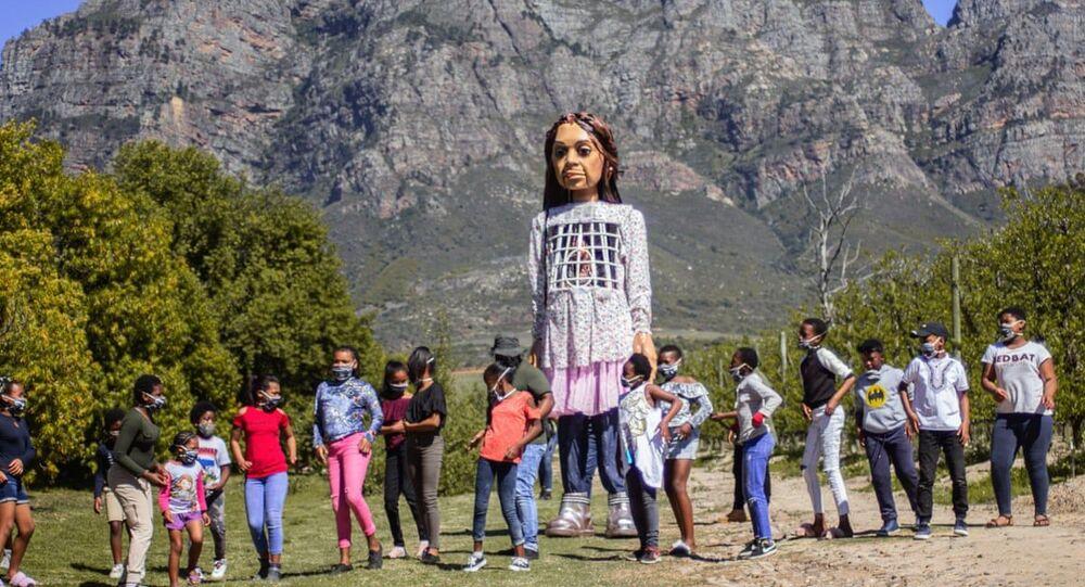 Suriyeli bir kız çocuğunu simgeleyen 'Emel' isimli kukla