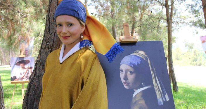 Mersin Olgunlaşma Enstitüsü'nün kostüm, Güzel Sanatlar Lisesi'nin de makyaj yapımını üstlendiği etkinlikte sağlıkçılar, canlandırdıkları eserlerle fotoğraf da çektirdi.