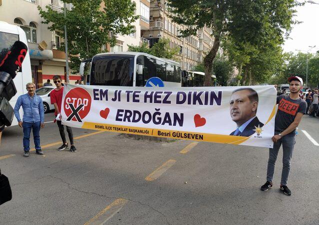Cumhurbaşkanı Recep Tayyip Erdoğan'nın Diyarbakır ziyareti sırasında açılan destek pankartı ilgi çekti.