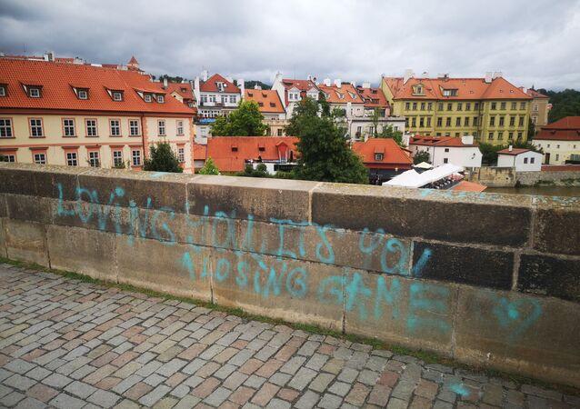 Prag'ın simgesi Karl Köprüsü'ne sprey boyalı saldırı