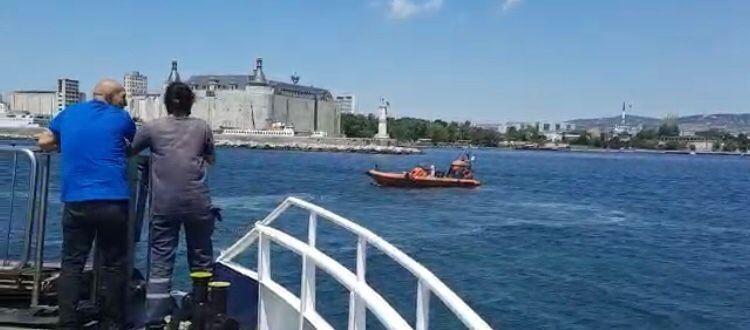 Kadıköy-Eminönü seferini yapan vapurda, bir yolcu denize düştü. Sahil Güvenlik ve Deniz Polisi ekiplerince kurtarılan yolcu tedbir amaçlı hastaneye kaldırıldı.