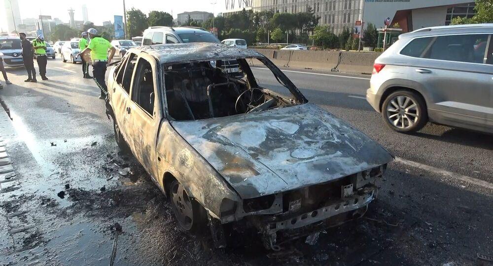 Kadıköy'de, trafiğin ortasındaki araç alev topuna döndü