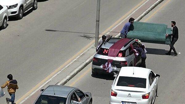 Çekyatla gelin arabasının önünü kesme - Sputnik Türkiye