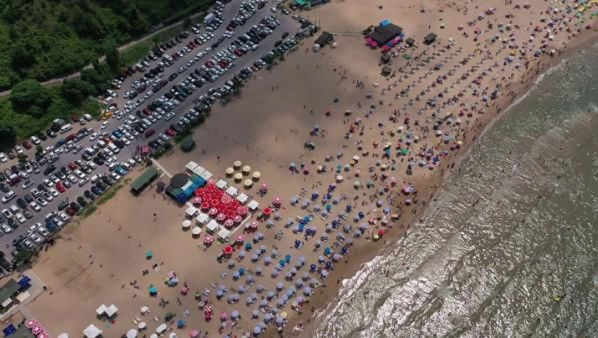 İstanbullular sıcak geçen pazar gününde serinlemek için Şile plajlarını doldurdu.  - Sputnik Türkiye, 1920, 24.07.2021