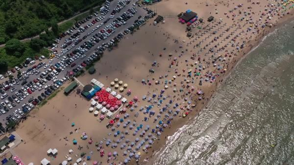 İstanbullular sıcak geçen pazar gününde serinlemek için Şile plajlarını doldurdu.