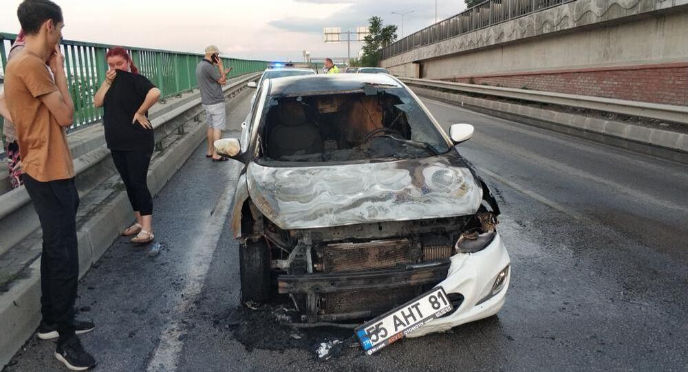 Samsun'da bir kişinin bir hafta önce satın aldığı otomobil, seyir halindeyken yanarak kullanılmaz hale geldi.