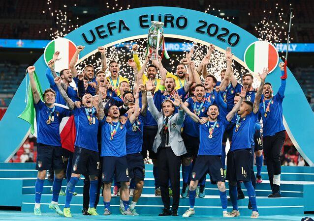 2020 Avrupa Futbol Şampiyonası'nın (EURO 2020) normal süresi ve uzatmaları 1-1 tamamlanan final maçında İngiltere'ye penaltılarda 3-2 üstünlük sağlayan İtalya, kupanın sahibi oldu.