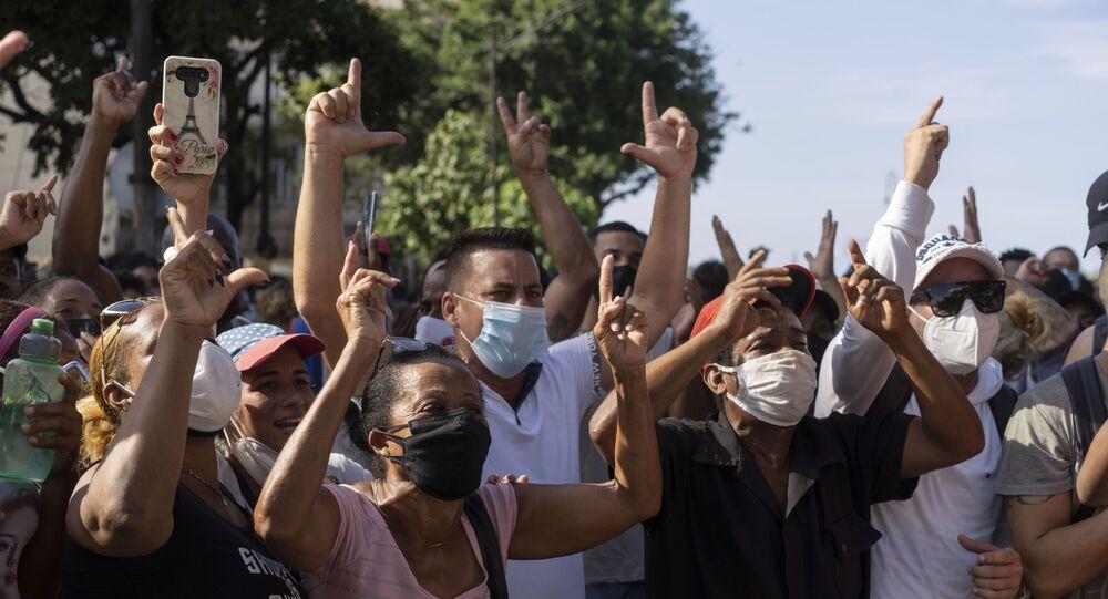Küba'da koronavirüsün etkisi altındaki ekonomik durumun iyileştirilmesi talebiyle gösteriler düzenleniyor.