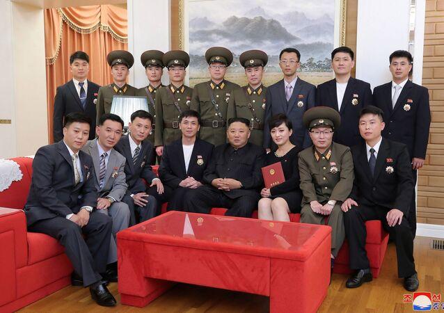 Kuzey Kore lideri Kim Jong-un, devlet ödüllü bir grup yazar ve sanatçılarla görüştü.