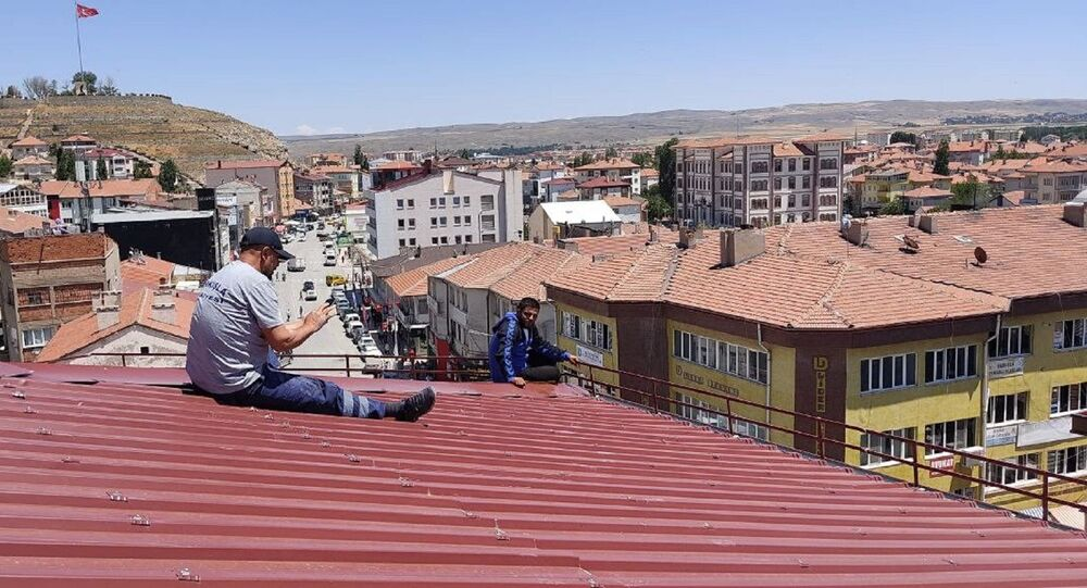 Sivas'ın Şarkışla ilçesinde çatıya çıkarak intihar girişiminde bulunan genci ilçenin belediye başkanı ikna etti.