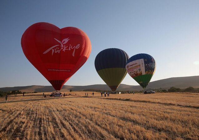 Üç balonunun aynı anda havalandığı uçuşta katılımcılar, Göbeklitepe, Harran Ovası ve Şanlıurfa kent merkezini kuş bakışı görme fırsatı buldu.