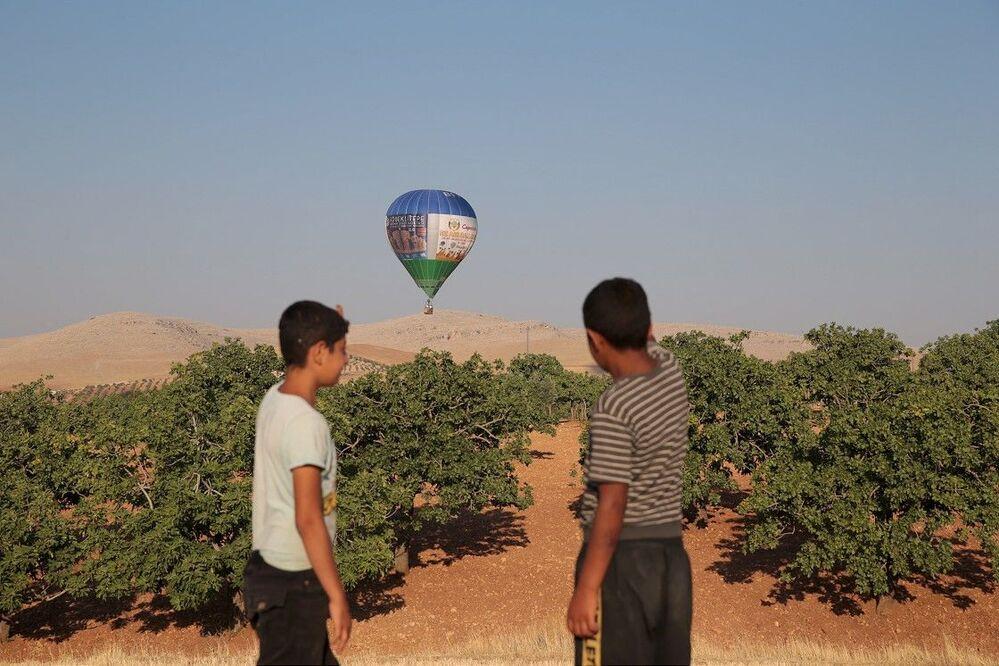 Bu arada, çocuklar, ilk kez gördükleri balonların toplanmasına yardım ederek hem eğlendi hem de mutluluk yaşadı.