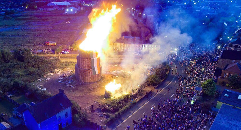 Kuzey İrlanda'da 'On Birinci Gece' dev ateşler yakılarak kutlandı