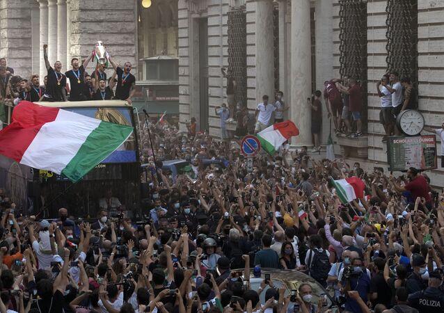 Avrupa şampiyonu İtalya, Roma'da şampiyonluk turu attı