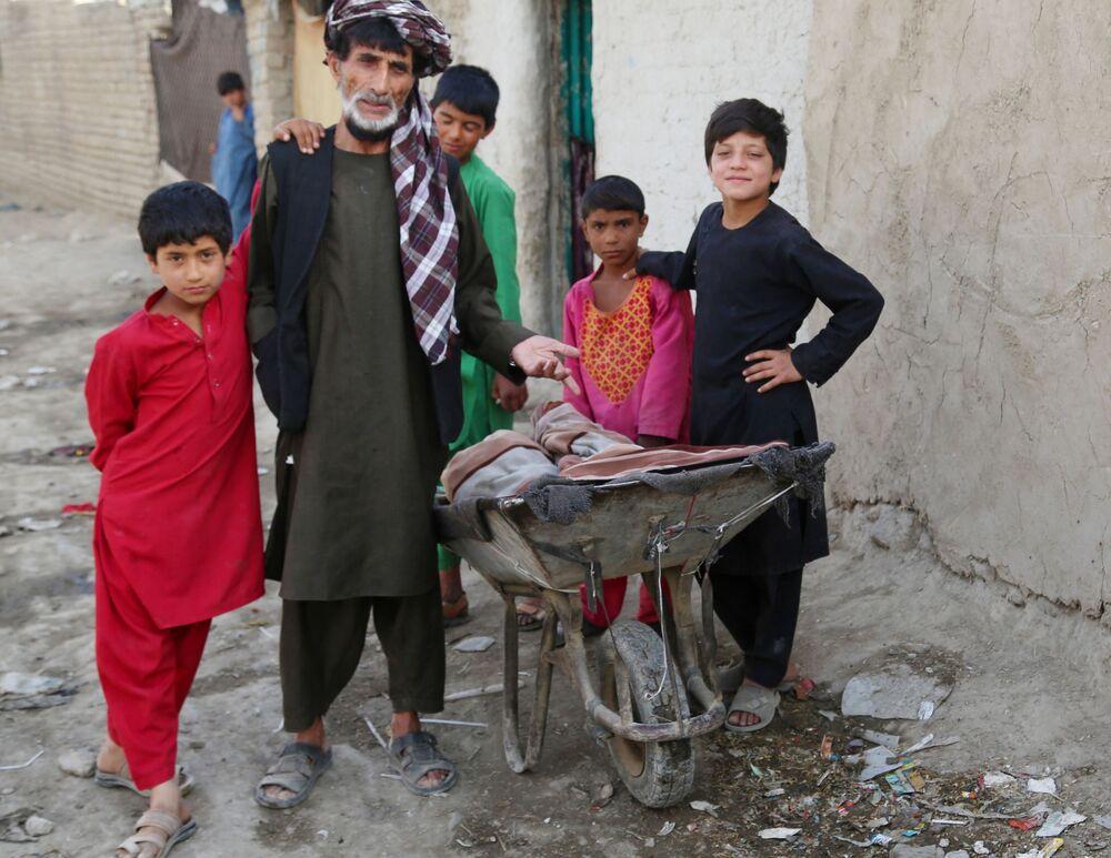ABD, Afganistan'dan çekilme sürecini hızlandırarak önümüzdeki ay sonunda tamamlamayı hedeflerken, Birleşmiş Milletler (BM) verilerine göre Taliban saldırıları nedeniyle yılbaşından bu yana 223 bin Afgan evlerini terk etmek zorunda kaldı, bu sayı sadece geçen hafta 56 binin üzerindeydi.  Fotoğrafta: Taliban saldırılarının mağdurları için başkent Kabil'de kurulan geçici mülteci kampına sığınan Afganlılar