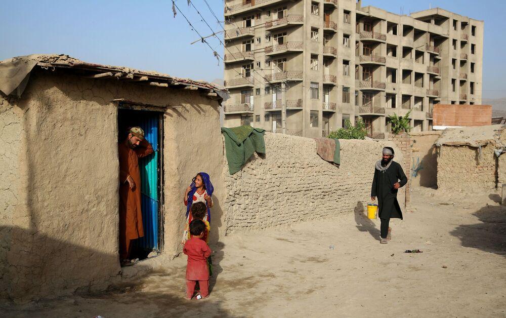Taliban alan kazandıkça, Suriye'den sonra en çok mülteci üreten ikinci ülke olan Afganistan'dan yeni bir göç dalgası başlaması bekleniyor.  Fotoğrafta: Kabil'de kurulan geçici mülteci kampından bir kare